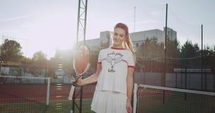 在照相机sportiv妇女前面的特写镜头使用与网球拍的网球场的 4K 股票视频
