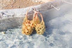 在煮沸在温泉城的竹篮子的鸡蛋浇灌 免版税库存图片