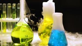 在煮沸的烧瓶的液体抽烟和,化学反应,实验在黑暗中 股票录像