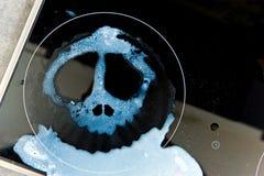 在煮沸的牛奶-弄脏在头骨形状  图库摄影