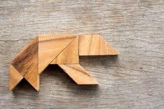 在熊形状的木七巧板难题 库存照片