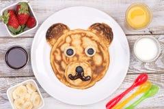 在熊的形状的逗人喜爱的薄煎饼 免版税库存图片