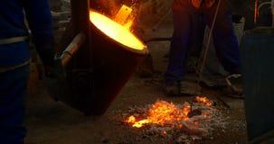 在熔化的工作者混合的土壤溶解在铸造厂车间4k 影视素材