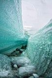 在熔化的蓝色冰川的冰断裂 免版税库存图片