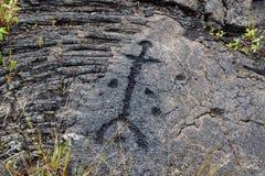 在熔岩的刻在岩石上的文字晃动在Pu沿火山口路链子的` uloa,在夏威夷的海岛上的火山国家公园 雕刻是40 免版税图库摄影
