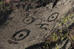 在熔岩的惊人的古老夏威夷刻在岩石上的文字晃动,大岛,夏威夷 免版税图库摄影