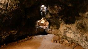 在熔岩管洞里面的光线亮光 股票视频