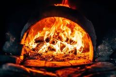 在熔炉的木柴燃烧 免版税库存图片