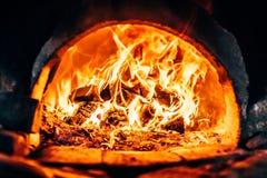 在熔炉的木柴燃烧 库存照片