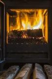 在熔炉的木头。打开烤箱门 免版税库存图片