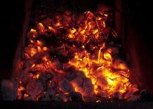在熔炉的灼烧的煤炭 免版税库存照片