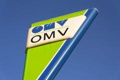 在燃料驻地的OMV国际油和煤气公司商标 免版税库存图片