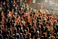 在燃料轻快舞曲的人群(电子,恐怖、融合和佛拉明柯舞曲带) 免版税库存照片