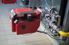 在燃气锅炉安装的大功率现代煤气喷燃器的特写镜头照片 免版税库存图片