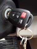 在燃烧的钥匙在新的汽车遥程输入 免版税库存照片