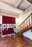 在燕子的巢城堡里面的游人在克里米亚 免版税库存图片
