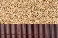 在燕麦五谷的美丽的竹席子作为农业背景 免版税库存图片