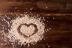 在燕麦粥洒的葡萄酒板,被绘心脏以纪念华伦泰` s天 图库摄影