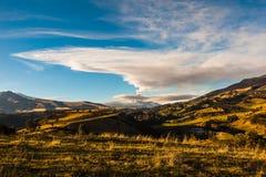 在爆发的科托帕克西火山 免版税库存照片