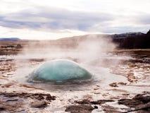 在爆炸之前的喷泉在冰岛 免版税库存图片