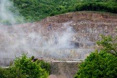 在爆炸以后的岩石矿 免版税库存照片