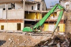 在爆破位置前面的挖掘机 库存图片