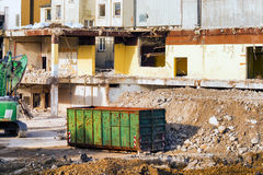 在爆破位置前面的挖掘机 免版税库存照片