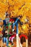 在爬升套架的许多孩子 免版税库存图片