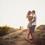 在爱、一个可爱的男人和妇女的年轻夫妇 免版税库存图片
