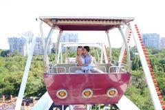 在爱、拥抱的男孩和的女孩的年轻夫妇亲吻和,摆在f 免版税库存照片