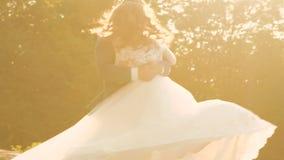 在爱一起走在晴朗的公园的新娘和新郎 迟缓地 影视素材