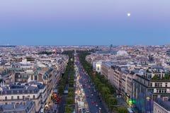 在爱丽舍的月出在微明的巴黎 库存照片