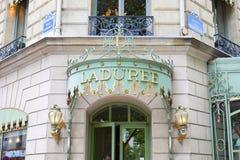 在爱丽舍的Laduree著名糖果店商店入口在巴黎,法国 库存图片