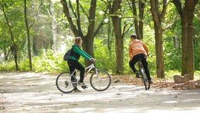 在爱乘驾自行车的夫妇 股票视频