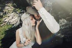 在爱亲吻在美丽的马塔角山的, Switze的夫妇 免版税库存图片
