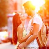 在爱亲吻的笑的夫妇获得乐趣 免版税图库摄影