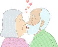 在爱亲吻的年长夫妇 免版税图库摄影
