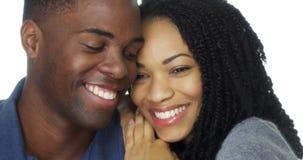 在爱倾斜的头的年轻黑夫妇互相反对 免版税库存图片