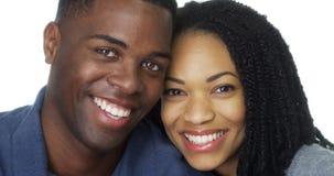 在爱倾斜的头的年轻黑夫妇互相反对 图库摄影