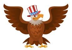 在爱国帽子的美国老鹰有开放传播的飞过 免版税库存图片