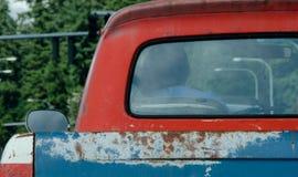 在爱国颜色的生锈的老卡车 免版税库存照片