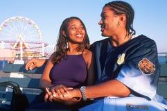在爱在圣塔蒙尼卡码头,加州的一对年轻非裔美国人的夫妇 图库摄影