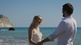 在爱在海洋岸的新婚佳偶容忍  影视素材