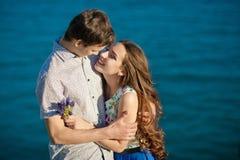 在爱夫妇,结合亲吻幸福乐趣 接受笑在日期的人种间新夫妇 白种人 免版税图库摄影