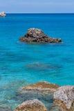 在爱奥尼亚海大海的岩石  库存图片