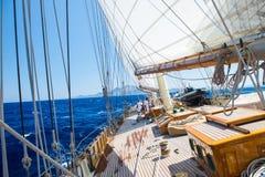 在爱奥尼亚海的一条游艇 免版税库存图片