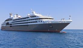 在爱奥尼亚海的巡洋舰在希腊 免版税库存图片