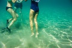 在爱奥尼亚海,扎金索斯州,希腊的水下的场面,有女孩的在水中 库存图片