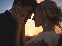 在爱婚礼夫妇的接近的画象剪影 反对se 免版税库存照片