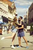 在爱容忍、亲吻和舞蹈的浪漫夫妇在街道 库存图片